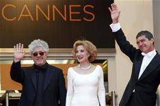"""O cineasta Pedro Almodóvar (esquerda) posa com membros do elenco de seu novo filme, """"A Pele que Habito"""", Antonio Banderas (direita), e Marisa Parede (centro) em sua chegada ao tapete vermelho da 64a edição do Festival de Cannes. 19/05/2011 REUTERS/Vincent Kessler"""