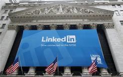 <p>LinkedIn a fait une entrée en fanfare jeudi en Bourse de New York, un bond qui rappelle l'engouement qui entourait les valeurs internet à la fin des années 90. L'action du réseau social dédié aux professionnels a plus que doublé pour son premier jour de Bourse, finissant à 94,25 dollars, en hausse de 109,4%. /Photo prise le 19 mai 2011/REUTERS/Mike Segar</p>