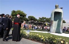 Estátua representando o papa João Paulo 2o é vista em Roma, em 18 de maio de 2011. A obra atraiu críticas negativas de especialistas e do jornal do Vaticano. 18/05/2011 REUTERS/Tony Gentile (ITALY - Tags: RELIGION)