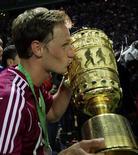 Howedes, do Schalke 04, beija troféu depois que seu time ganhou a Copa da Alemanha neste sábado.