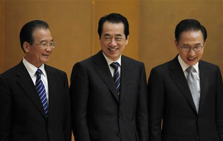 Japan's Prime Minister Naoto Kan (C), South Korea's President Lee Myung-bak (R) and China's Premier Wen Jiabao attend the 3rd Japan-China-Korea Business Summit Luncheon with Heads of State/Government in Tokyo May 22, 2011. REUTERS/Toru Hanai