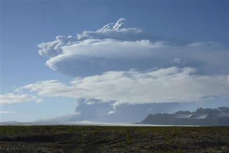A cloud of smoke rises from the Grimsvotn volcano, under the Vatnajokull glacier in southeast Iceland May 21, 2011. REUTERS/Gudmundur Ogmundsson