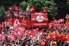 O time de futebol francês Lille participa de um desfile de vitória pelas ruas de sua cidade um dia após conquistarem seu primeiro título da Liga 1 desde 1954, com um empate de 2-2 contra o Paris St Germain. 22/05/2011 REUTERS/Luc Moleux