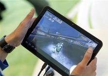 Jogador usa o tablet Xoom, da Motorola, em evento do Google na Califórnia, Estados Unidos, em 10 de maio de 2011. A Motorola e outras fabricantes como Samsung, Positivo e ZTE estão revisando suas estratégias de negócios para tablets e aumentando as apostas no Brasil. 10/05/2011 REUTERS/Beck Diefenbach