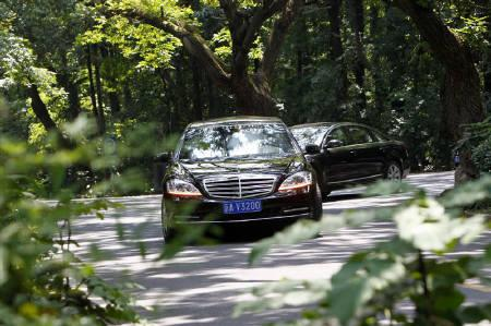 A limousine believed to be carrying North Korean leader Kim Jong-il drives out of the Dongjiao State Guesthouse in Nanjing, Jiangsu province, May 24, 2011. REUTERS/Aly Song