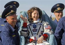 """Equipes de apoio transportam a astronauta da Nasa Catherine """"Cady"""" Coleman, pouco depois da aterrisagem da cápsula Soyuz TMA-20, no Cazaquistão. 24/05/2011 REUTERS/Mikhail Metzel"""
