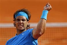 O tenista espanhol Rafael Nadal comemora vitória contra o norte-americano John Isner durante o Aberto da França, em Paris. 24/05/2011 REUTERS/Benoit Tessier