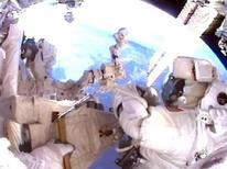 Mike Fincke, astronauta do ônibus espacial Endeavour, trabalha fora da Estação Espacial Internacional com o planeta Terra ao fundo. 25/05/2011 REUTERS/NASA TV/Divulgação
