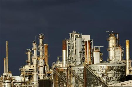 A view of the Mobil oil refinery at Altona in Melbourne June 27, 2008. REUTERS/Mick Tsikas