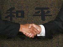 <p>Officials from China and Taiwan shake hands during a cross straits meeting signing ceremony in Taipei November 4, 2008. REUTERS/Nicky Loh</p>