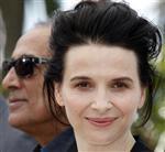 Juliette Binoche (dir) durante estreia do filme Cópia Fiel, do diretor Abbas Kiarostami (esq), no Festival de Cannes de 2010. O Centro Barbican de Londres vai levar aos palcos da cidade Binoche e Cate Blanchett para se apresentar no ano das Olimpíadas de 2012. 18/05/2010    REUTERS/Eric Gaillard
