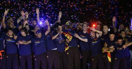 Barcelona soccer players celebrate their Champions League victory at Nou Camp Stadium in Barcelona in this May 28, 2009 file photo. Barcelona and Manchester United have featured in 10 previous European Cup/Champions League finals between them including the 2009 final when Barcelona beat United 2-0 in Rome. REUTERS/Gustau Nacarino/Files