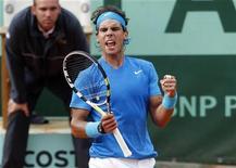 O espanhol Rafael Nadal reage após ganhar a partida contra seu compatriota Pablo Andújar por 7-5, 6-3 e 7-6 na segunda rodada do Aberto da França no estádio de Roland Garros, em Paris. 26/05/2011  REUTERS/Vincent Kessler