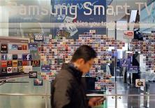 """<p>Foto de archivo de una tienda de la firma Samsung Electronics en Seúl, ene 28 2011. La proliferación de """"teléfonos inteligentes"""" en Corea del Sur está transformando al que fue un mercado cerrado dirigido por operadores locales en uno de los destinos más prometedores de Asia para firmas de Internet y redes sociales mundiales. REUTERS/Lee Jae-Won</p>"""