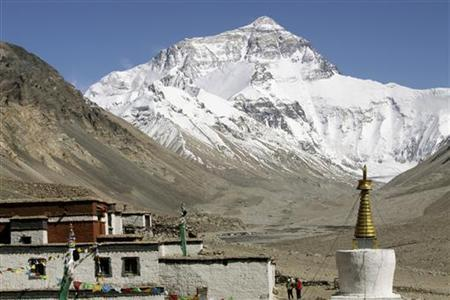 Mount Everest, world's highest peak with a height of 8,848 metres (29,029 feet) above sea level, is seen from the Tibetan side June 7, 2009. REUTERS/Ang Tshring Sherpa