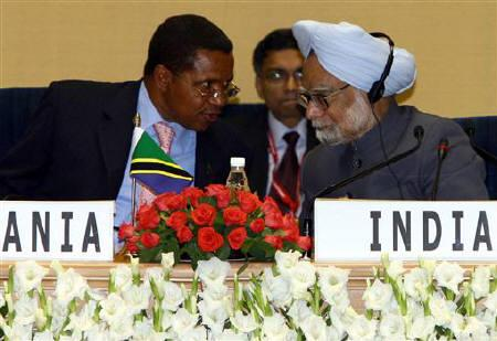 Tanzania's President Jakaya Mrisho Kikwete (L) speaks with India's Prime Minister Manmohan Singh during a summit in New Delhi April 9, 2008. India said on Friday it would give Tanzania $180 million to upgrade water supplies in the East African nation, and the 2 countries agreed to remove tax hurdles and boost bilateral trade. REUTERS/B Mathur/Files
