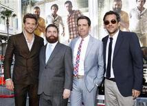 """O diretor da comédia """"Se Beber, Não Case 2"""", Todd Phillips (direita), posa com os atores Bradley Cooper, Zach Galifianakis e Ed Helms (da esquerda para a direita) na pré-estreia do filme em Hollywood, Estados Unidos, em 19 de maio de 2011. A comédia teve uma estreia excelente nas bilheterias norte-americanas. 19/05/2011 REUTERS/Mario Anzuoni"""