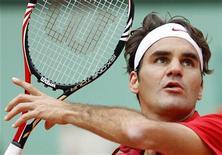 O tenista suíço Roger Federer aguarda bola em jogo contra o sérvio Janko Tipsarevic no Aberto da França, Paris. 27/05/2011 REUTERS/Charles Platiau