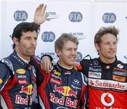 Pilotos da Red Bull Sebastian Vettel (centro)e Mark Webber (esq), e Jenson Button, da McLaren, após sessão classificatória do Grande Prêmio de Mônaco. Vettel garantiu a pole position nesta sábado, após uma sessão classificatória eclipsada por um acidente envolvendo o mexicano Sergio Perez. 28/05/2011 REUTERS/Robert Pratta