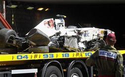 Membro da equipe médica confere carro do piloto Sergio Pérez, da Sauber, após acidente na sessão classificatória do Grande Prêmio de Mônaco. O grave acidente  envolvendo o piloto mexicano interrompeu o treino de classificação para o GP de Mônaco neste sábado, quando faltavam pouco mais de dois minutos para a definição do grid de largada para a prova de domingo. 28/05/2011  REUTERS/Robert Pratta