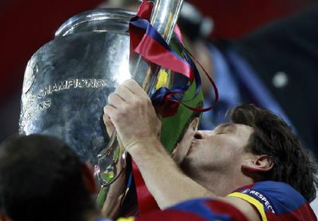 Barcelona's Lionel Messi kisses the trophy after the Champions League final soccer match against Manchester United at Wembley Stadium in London May 28, 2011. REUTERS/Eddie Keogh