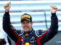 Sebastian Vettel, da Red Bull, comemora após vencer o Grande Prêmio de Mônaco. O campeão mundial de Formula 1 conquistou sua quinta vitória em seis corridas ao vencer neste domingo. 29/05/2011    REUTERS/Eric Gaillard