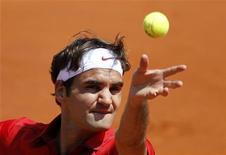 """Roger Federer durante jogo contra Stanislas Wawrinka, no Aberto da França em Roland Garros, Paris. Federer """"enterrou"""" o compatriota com uma vitória por 6-3, 6-2, 7-5 no domingo e tornou-se o terceiro cabeça-de-chave a chegar nas quartas-de-final do torneio. 29/05/2011  REUTERS/Charles Platiau"""