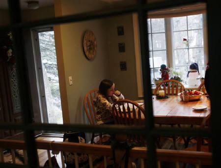 5月27日、全米各地の学区で、生徒の負担軽減を目的に、週末や休暇中の宿題廃止が検討されている。写真はニューヨーク州ハンプトンベイズの自宅で宿題をする少女。2008年12月撮影(2011年 ロイター/Shannon Stapleton)