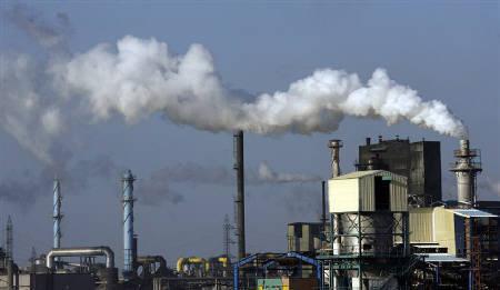 Smoke flows from the Fertiberia fertilizer factory  in an industrial zone of Huelva, southern Spain, June 4, 2008. REUTERS/Javier Barbancho/Files