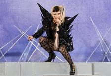 """<p>Леди Гага выступает в Нью-Йорке 27 мая 2011 года. Новый альбом поп-дивы Леди Гага стремительно взлетел на вершины британских чартов в воскресенье. Копий альбома """"Born This Way"""" было продано больше, чем пластинок всех остальных участников Top 10 вместе взятых. REUTERS/Mike Segar</p>"""