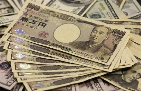 5月31日、午後3時のドル/円は、ニューヨーク市場午後5時時点に比べて40銭ほど高い81円前半。2009年11月撮影(2011年 ロイター/Yuriko Nakao)