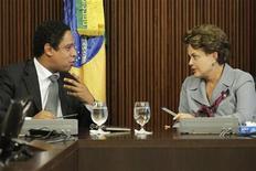 A presidente do Brasil, Dilma Rousseff, conversa com o ministro dos Esportes,  Orlando Silva, durante encontro com governadores e prefeitos das cidades que abrigarão eventos da Copa do Mundo de 2014, no Palácio do Planalto, Brasília. 31/05/2011 REUTERS /Ueslei Marcelino