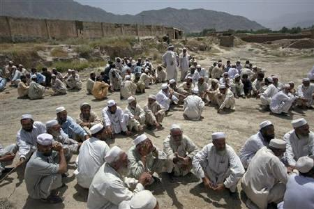 Local elders and tribesmen wait to speak to journalists and army officials who arrived on a scheduled trip to a base in Dawazai, located in Mohmand Agency along the Pakistan-Afghanistan border June 1, 2011. REUTERS/Adrees Latif