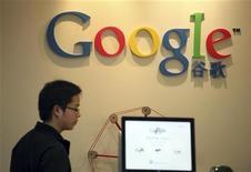 <p>Google a révélé mercredi que plusieurs centaine de comptes Gmail avaient été ciblés par des attaques probablement menées depuis le centre de la Chine. Des responsables gouvernementaux américains, mais également des militants chinois ou encore des journalistes auraient été visés par ces attaques qui semblent provenir de la ville de Jinan. /Photo d'archives/REUTERS/Nir Elias</p>