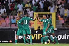 Jogadores da seleção da Nigéria comemoram gol contra equipe da Argentina em jogo amistoso. 01/06/2011. REUTERS/Afolabi Sotunde