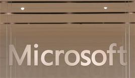 <p>Microsoft a dévoilé son prochain système d'exploitation lors de deux conférences sur les nouvelles technologies, aux Etats-Unis et à Taïwan. Le numéro un mondial des logiciels devrait lancer son nouveau système, dont le nom de code est Windows 8 et qui est doté de fonctionnalités tactiles optimisées pour les tablettes, dans les 18 prochains mois. /Photo d'archives/REUTERS/Joshua Lott</p>