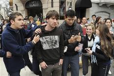 O atacante do Barcelona Lionel Messi é cercado por fãs ao deixar um restaurante em Rosario, sua cidade natal. Um torcedor tentou agredí-lo. 02/06/2011.    REUTERS/La Capital/Divulgação