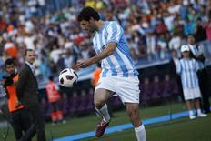 O recém-contratado do Málaga Ruud van Nistelrooy controla a bola durante sua apresentação. 02/06/2011 REUTERS/Jon Nazca