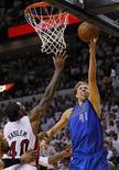 """<p>Игрок """"Далласа"""" Дирк Новицки забрасывает победный мяч в корзину """"Майами"""" во время матча в Майами 2 июня 2011 года. """"Даллас"""" отыграл 15-очковое отставание во втором матче финальной серии НБА против """"Майами"""" в ночь на пятницу и вырвал победу со счетом 95-93. REUTERS/Mike Segar</p>"""