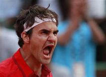 Roger Federer, da Suíça, comemora vitória contra Novak Djokovic, da Sérvia, em semi-final do Aberto da França, Paris. 03/06/2011 REUTERS/Vincent Kessler