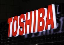 <p>Foto de archivo. Logo de Toshiba Corp en la Expo Internacional de Generación de Energía Fotovoltaica en Tokio el 2 de marzo de 2011 REUTERS/Yuriko Nakao</p>