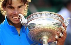 O espanhol Rafael Nadal posa com o troféu de Roland Garros depois de derrotar o suíço Roger Federer, em Paris. 05/06/2011 REUTERS/Vincent Kessler
