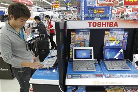 Toshiba's laptops are displayed at an electronic shop in Tokyo November 9, 2010. REUTERS/Kim Kyung-Hoon