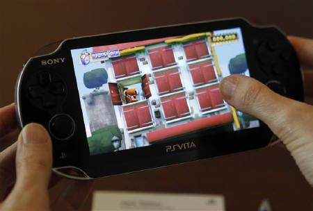 6月7日、ソニーの平井副社長は、携帯型ゲーム機「プレイステーション・ポータブル(PSP)」の後継機「プレイステーション・ヴィータ」(写真)について、PSPを上回る販売が期待できるとの見通しを示した。ロサンゼルスのゲーム見本市「E3」で撮影(2011年 ロイター/Fred Prouser)
