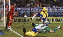 O jogador Fred marca para a seleção brasileira no amistoso contra a Romênia no estádio do Pacaembu, em São Paulo. 07/06/2011 REUTERS/Paulo Whitaker