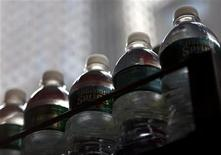<p>Bottled water are arranged on a cart in New York June 14, 2009. REUTERS/Eric Thayer</p>