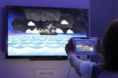 Usuária demonstra console Nintendo Wii U durante a Electronic Entertainment Expo, em Los Angeles. O lançamento da nova geração de consoles da Nintendo não serviu para responder às preocupações dos investidores de que a empresa está perdendo terreno em meio à transição do mercado para as redes sociais, o que levou suas ações a cair para a marca mais baixa em cinco anos.