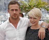 """Michelle Williams (dir) e Ryan Gosling divulgam o filme """"Namorados para Sempre"""" no Festival de Cannes, em 2010. REUTERS/Jean-Paul Pelissier"""