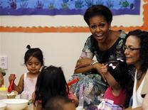 """Michelle Obama interage com crianças durante visita à creche CentroNia, em Washington. A primeira-dama participará do programa de TV infantil """"iCarly"""" para promover uma iniciativa em apoio às famílias dos militares norte-americanos, informou a emissora Nickelodeon na quarta-feira. 08/09/2011  REUTERS/Larry Downing"""