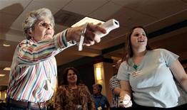 Moradora de retiro para idosos na Virgínia, Estados Unidos, joga o videogame Wii, da Nintendo, em março de 2007. Mulheres e jogadores de mais idade estão buscando os videogames como forma de entretenimento, com jogos mais amáveis e gentis. 22/03/2007 REUTERS/Kevin Lamarque